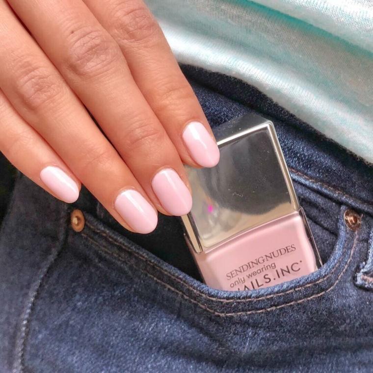Unghie forma a mandorla, unghie gel colore cipria, bottiglietta smalto rosa, smalto in tasca