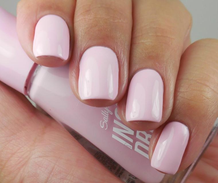 Unghie rosa antico, unghie lunghe bordi squadrati, bottiglietta di smalto rosa