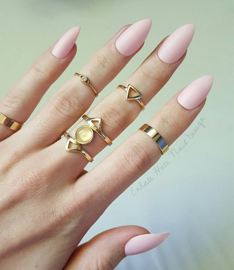 Smalto rosa antico, unghie forma stiletto, anelli in oro, anelli con pietre