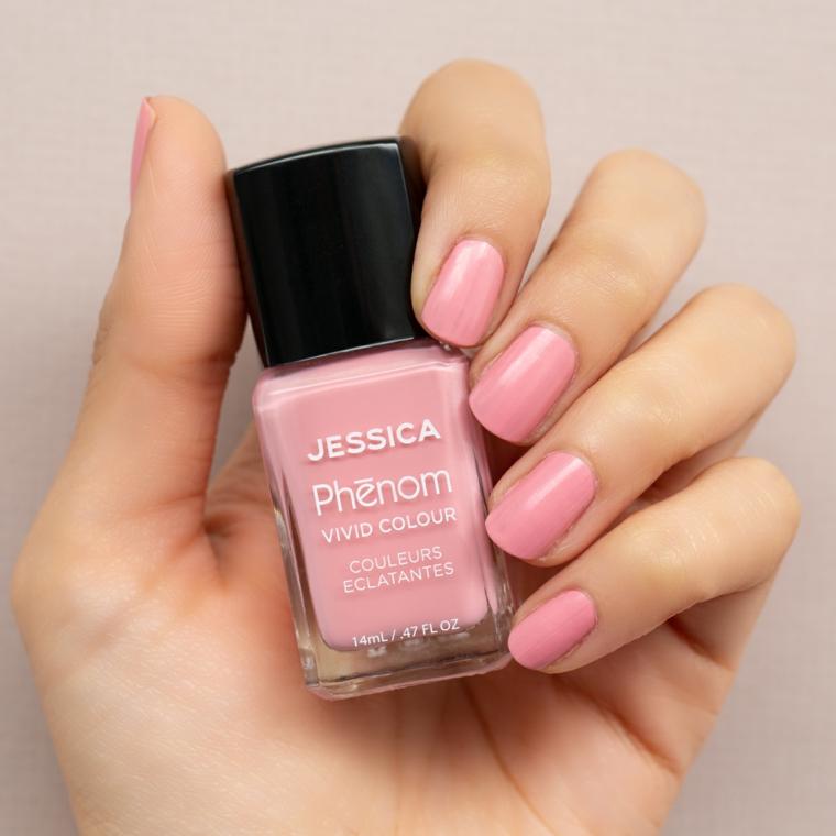 Unghie gel colore cipria, bottiglietta di smalto rosa, unghie bordi squadrati