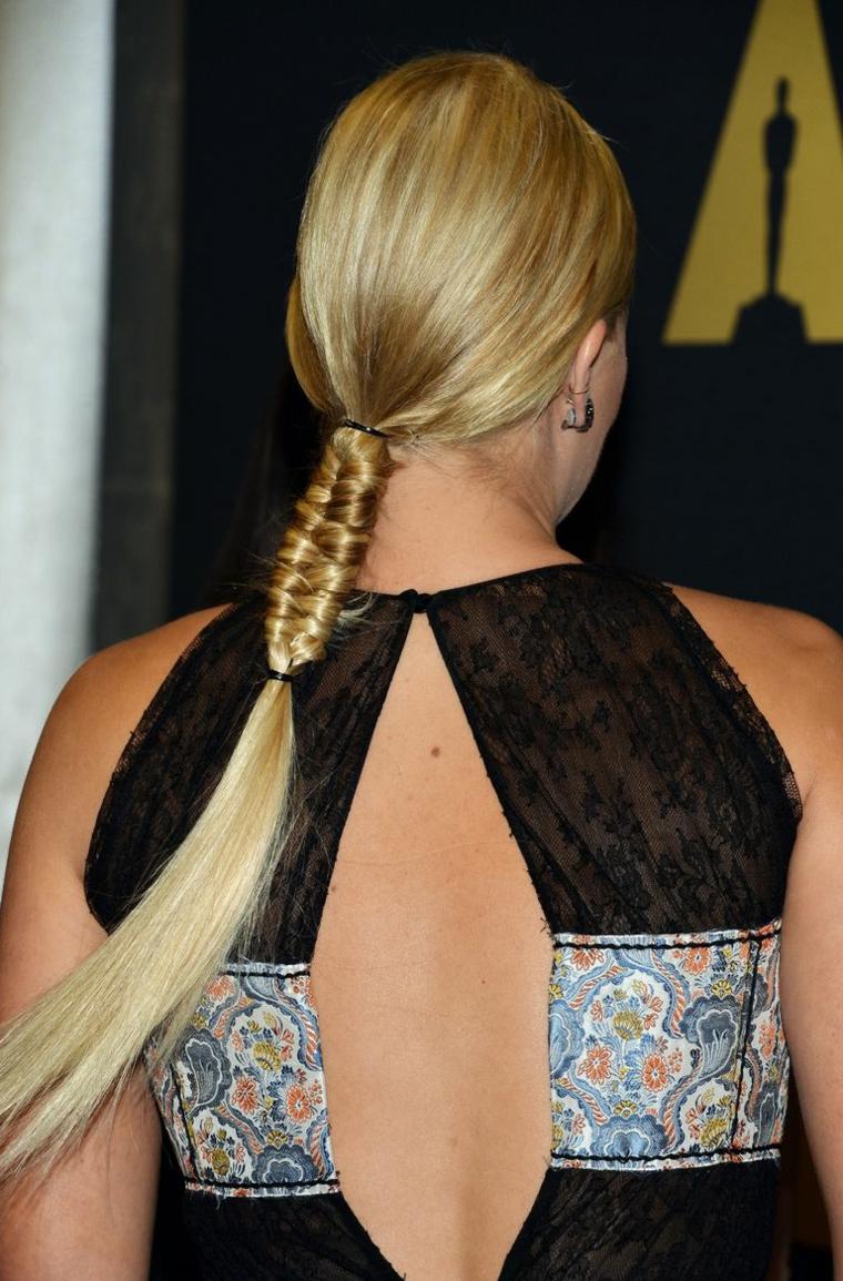 L'attrice Margot Robbie, donna con capelli biondi, acconciature con trecce