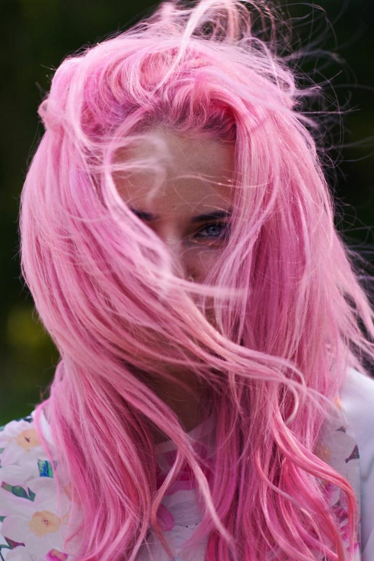 Tinta capelli rosa pastello, capelli con taglio scalato, ragazza con capelli rosa