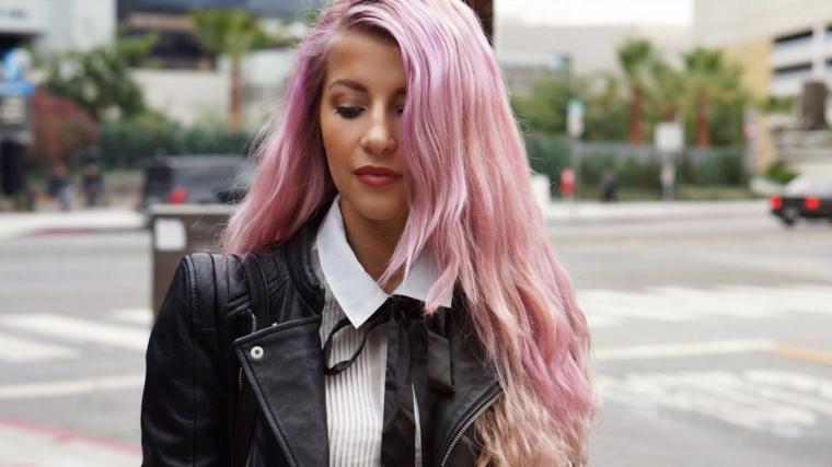 Capelli rosa a chi stanno bene, acconciatura capelli mossi, ragazza con giacca di pelle