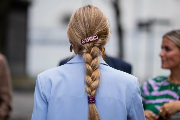 Molletta donna con scritta Gucci, acconciatura con treccia a tre ciocche, donna girata di spalle