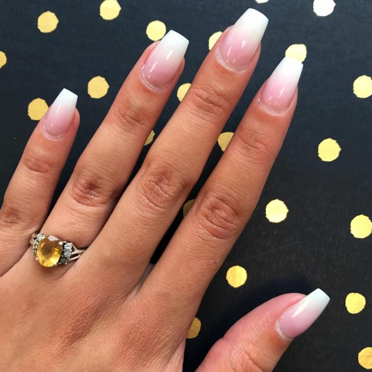 Anello con pietra gialla, smalto rosa ombrè, unghie gel colorate, forma unghie squadrata