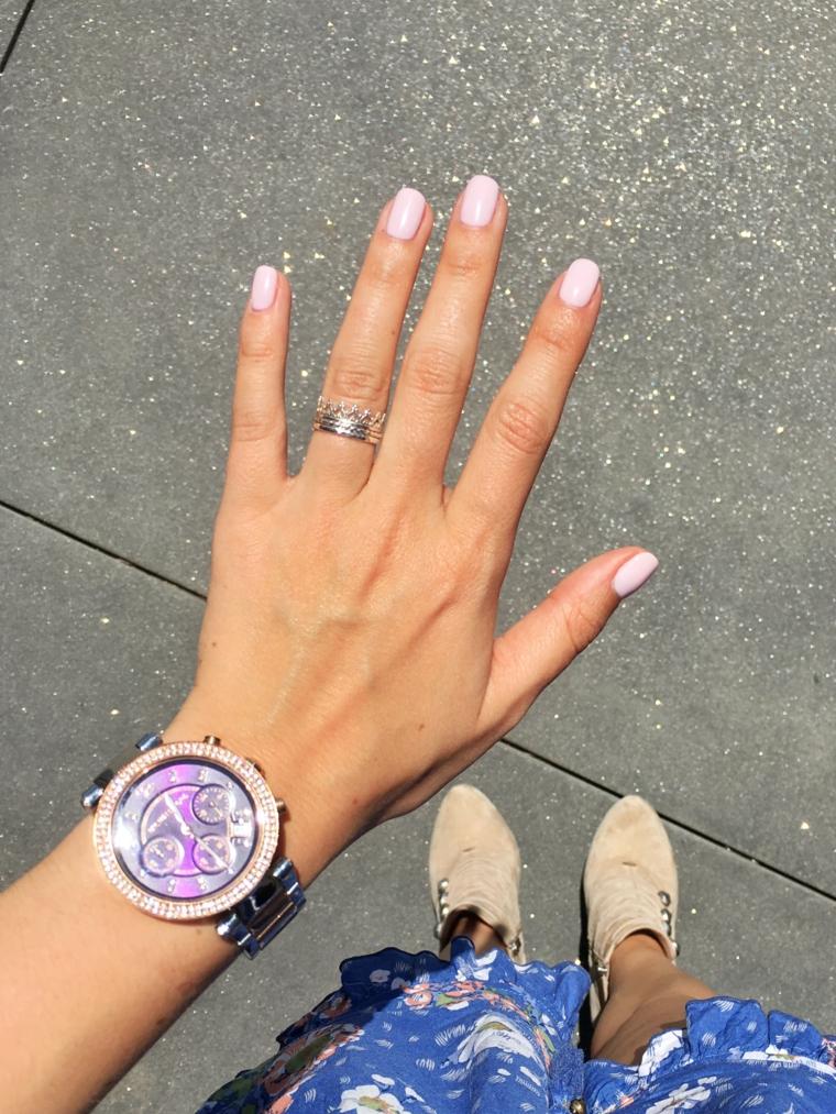 Unghie gel semplici, smalto di colore rosa, orologio da polso
