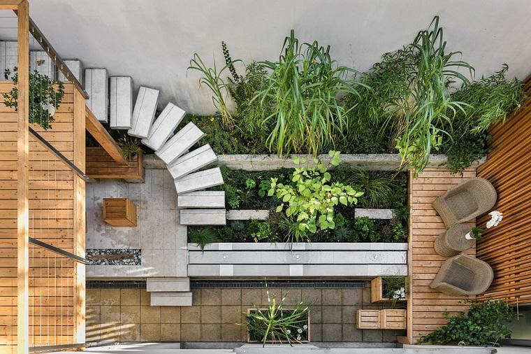 Giardino con pergolato, mobili in rattan, casa con giardino, scale di stile moderno