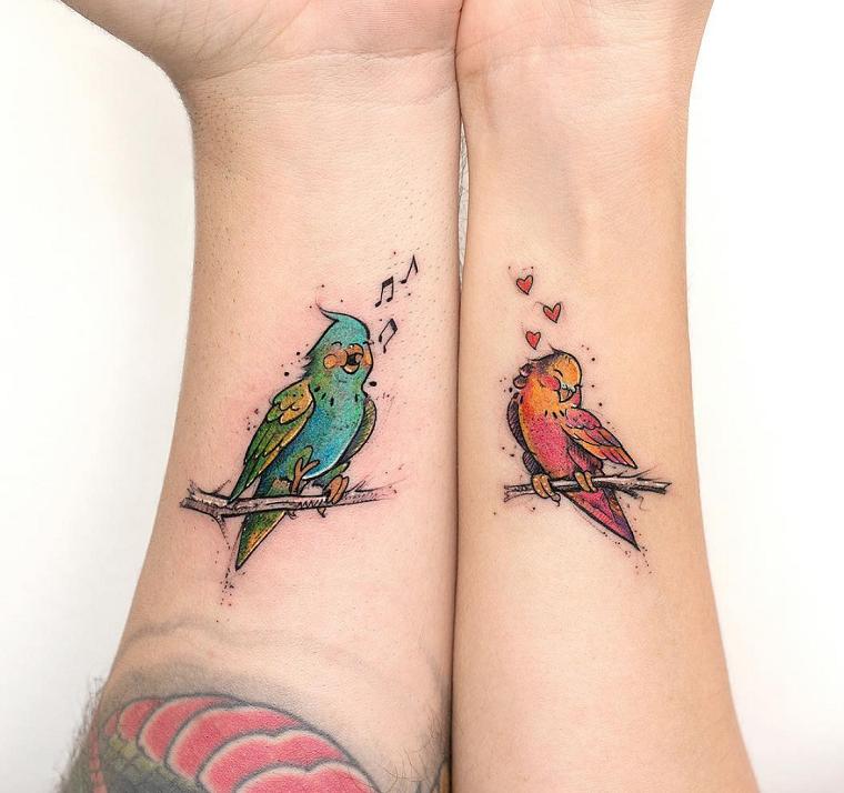 Tatuaggi fidanzati, tattoo di due pappagalli, tattoo sull'avambraccio