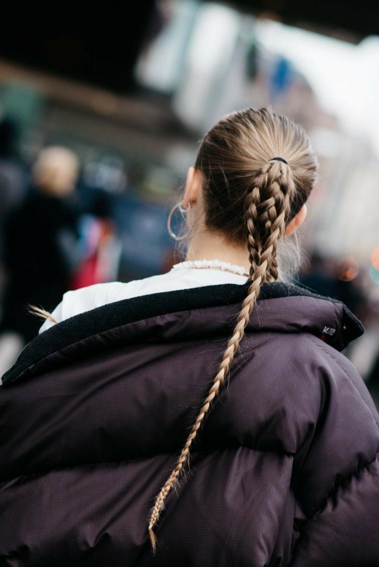 Tre trecce unite in una, donna con coda a treccia, giacca invernale colore nero