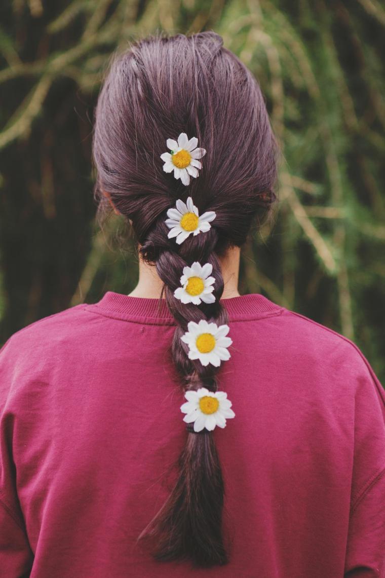 Donna con capelli castani, acconciatura con treccia, maglietta donna colore viola