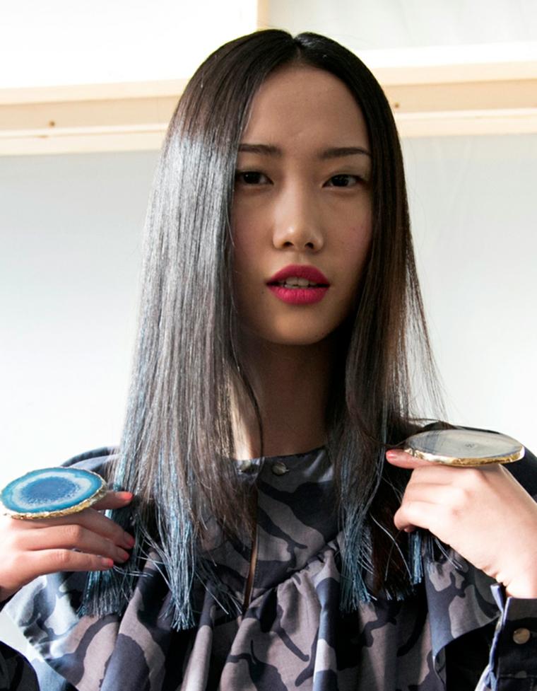 Tinta capelli grigio, ragazza con riga centrale, capelli long bob lisci