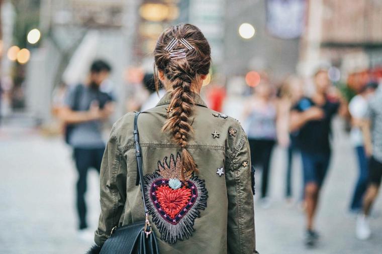 Pettinatura capelli con treccia, acconciatura con forcine di metallo, donna girata di spalle