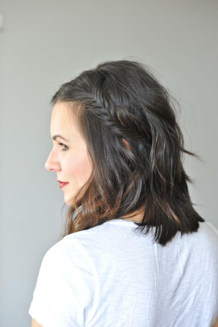Donna girata di spalle, taglio capelli caschetto, acconciatura con treccia laterale