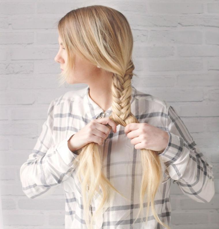 Capelli raccolti con treccia, treccia laterale, capelli lunghi biondi, donna con camicia