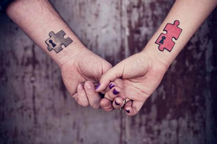 Tatuaggi di coppia, tattoo polso della mano, tattoo puzzle colorato, mani unite