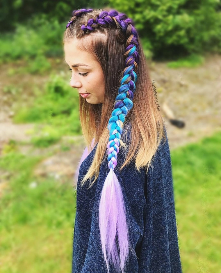 Due trecce con fili colorati, donna con capelli biondo balayage, due trecce dalla testa