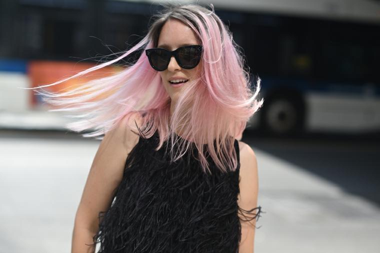 Tinta capelli rosa pastello, radici colore scuro, ragazza con occhiali da sole