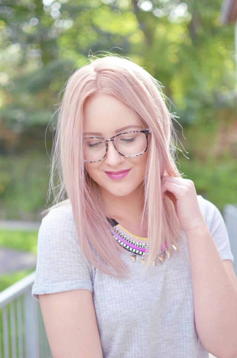 Capelli shatush, taglio capelli long bob, acconciatura con riga centrale, ciocche meches di colore rosa