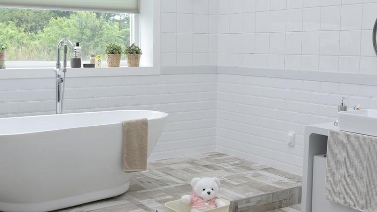 Piastrelle bagno colore bianco, vasca da bagno freestanding, mobili bagno moderni economici