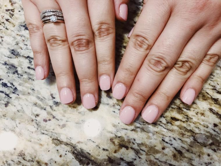 Manicure corta forma squadrata, anello con diamante, smalto rosa acrilico