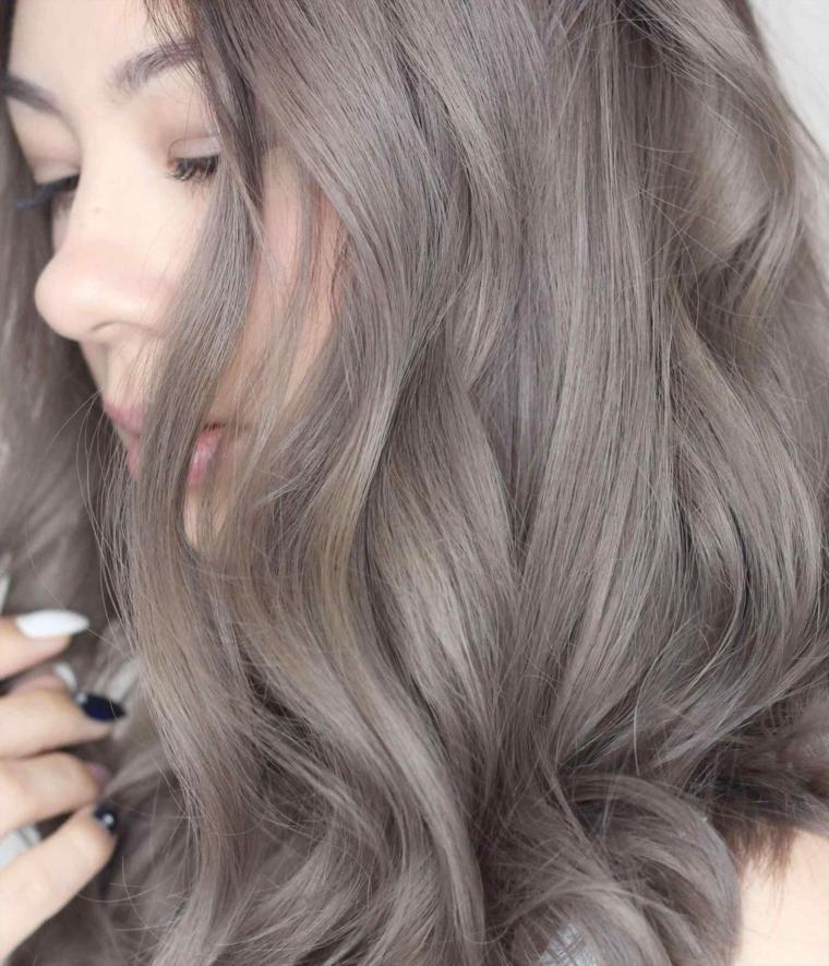 Capelli grigi shatush, ragazza con capelli mossi, pettinatura onde morbide