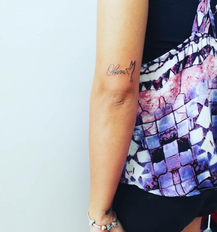 Tattoo donna sul braccio, tatuaggio con scritta nome, abito donna colorato