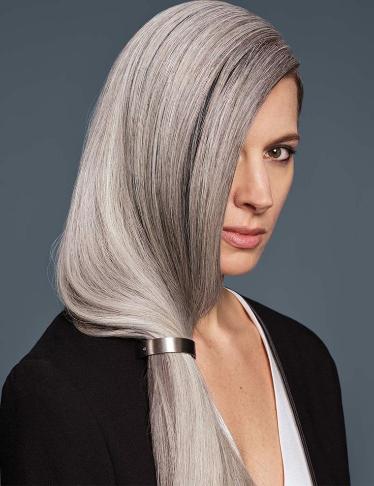 Tinta capelli grigio cenere, capelli lunghi legati, elastico capelli di metallo