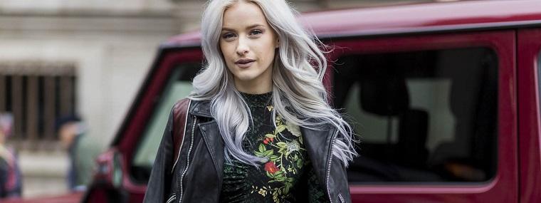 Tinta capelli grigio, acconciatura con riga centrale, pettinatura onde morbide