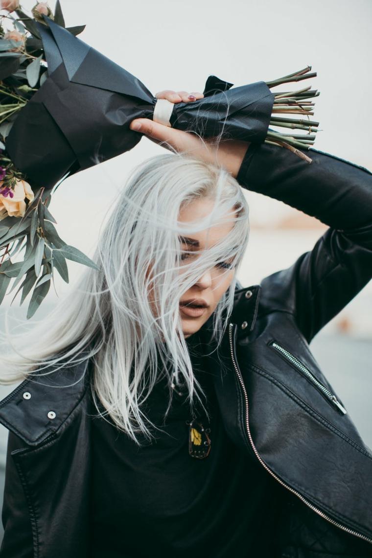 Bouquet di fiori, come fare i capelli grigi, donna con giacca di pelle, taglio capelli medio lunghi