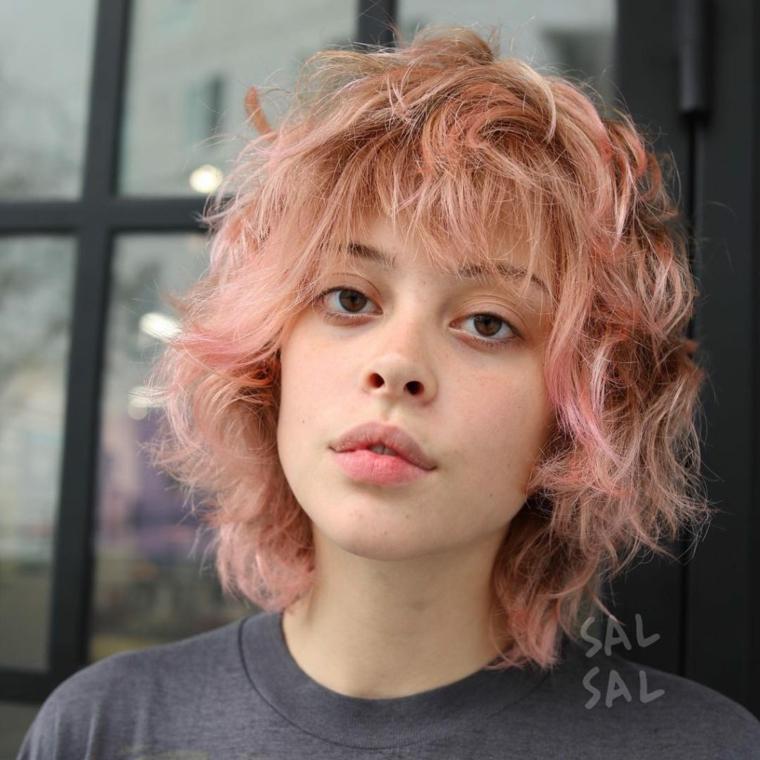Capelli shatush, taglio capelli corti, acconciatura con frangia, ombrè colore rosa