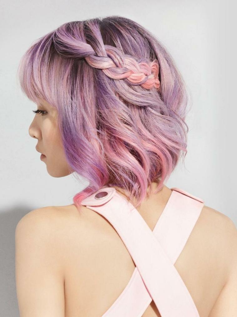 Meches rosa, taglio capelli caschetto, acconciatura con treccia, ragazza girata di spalle