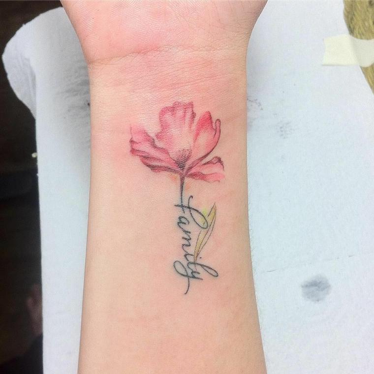 Tatuaggi femminili eleganti, tatuaggio sul polso, tattoo fiore colorato, tatuaggio per donna