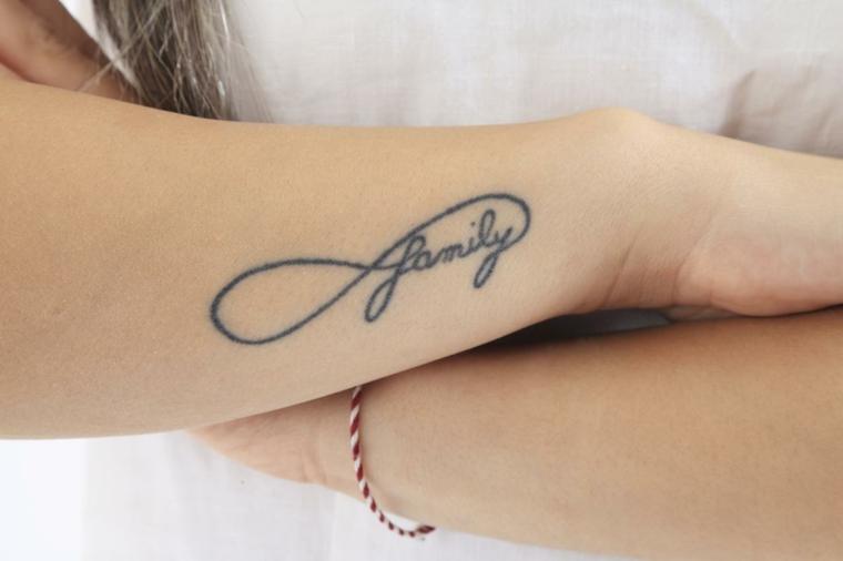 Tatuaggi famiglia, tattoo sull'avambraccio, disegno tatuaggio infinito, scritta in inglese