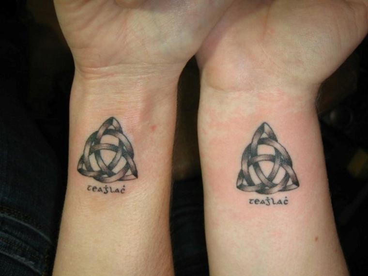 Tattoo fidanzati, tatuaggio simbolo celtico, tattoo sul polso della mano, tattoo con scritta