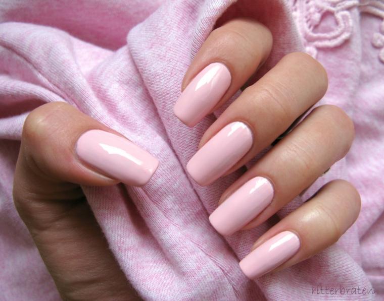 Smalto rosa antico, unghie forma squadrata, smalto rosa acrilico, pezzo di stoffa in mano