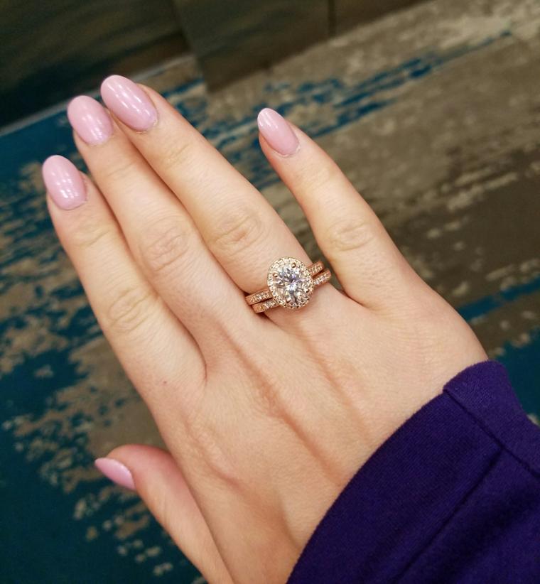 Unghie forma a mandorla, anello con diamante, unghie rosa cipria