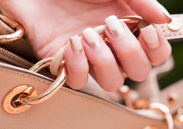 Borsa con manico a catena, smalto di colore rosa, unghie bordi squadrati, unghie rosa antico