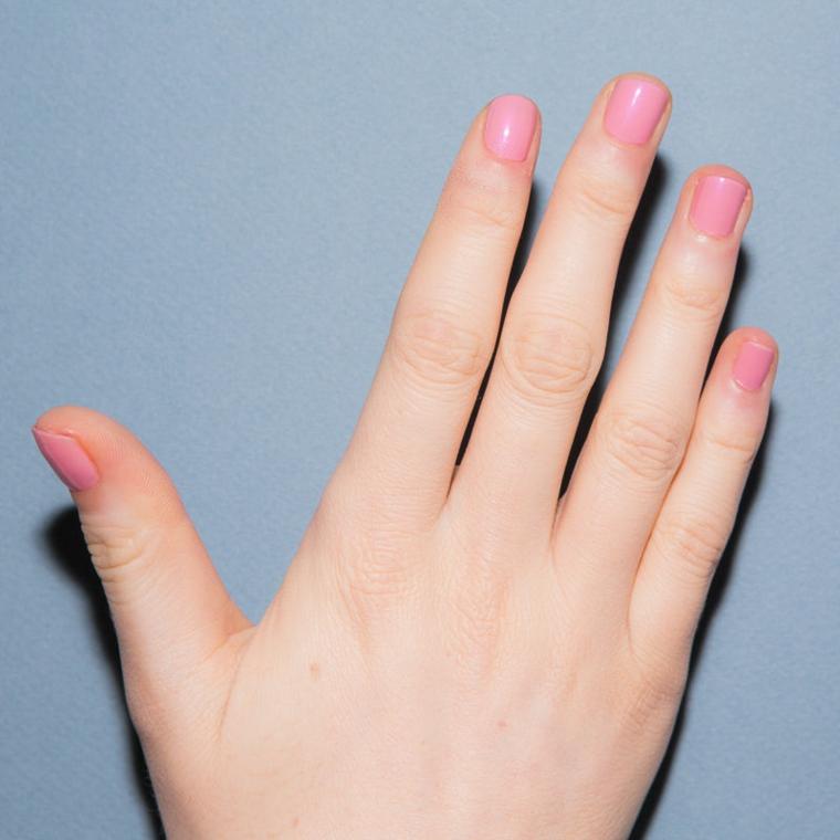 Unghie rosa antico, manicure corta squadrata, dita della mano