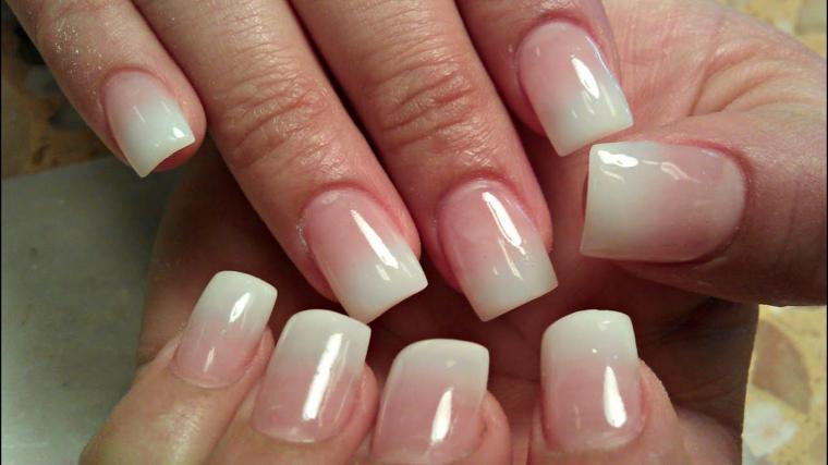 Manicure rosa ombrp, unghie forma squadrata, unghie gel chiare