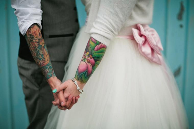 Braccia con tatuaggi colorati, tatuaggi per coppie innamorate, uomo e donna sposi