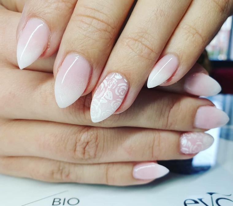Unghie gel colore cipria, smalto rosa ombrè, unghie stiletto, disegni fiori