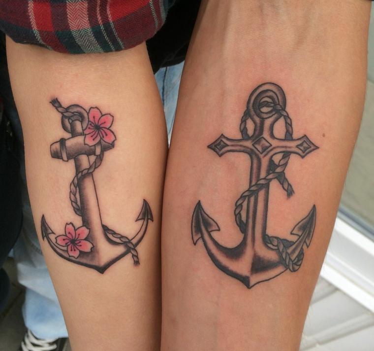 Tatuaggi di coppia, tattoo sull'avambraccio, disegno ancora con fiori, tattoo ancora braccio