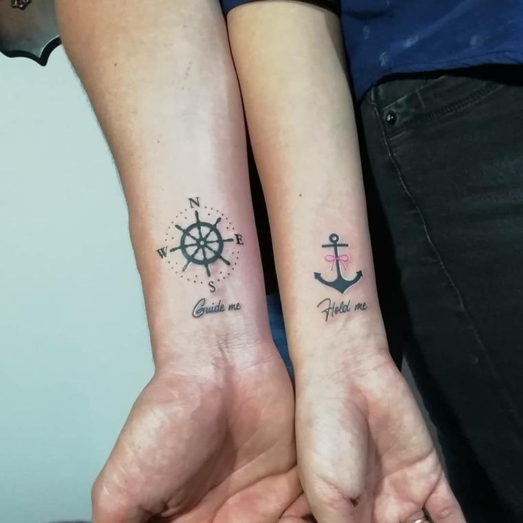 Tatuaggi fidanzati, tattoo sul polso della mano, disegno tattoo ancora, tatuaggio timone con bussola