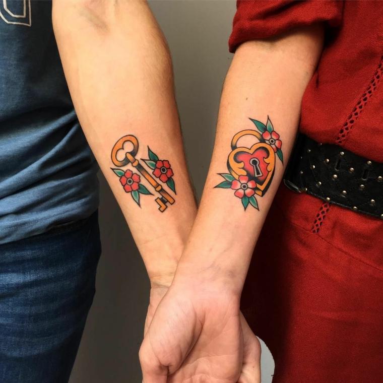 Tattoo chiave e lucchetto, tatuaggio avambraccio colorato, tattoo fidanzati, tattoo con fiori