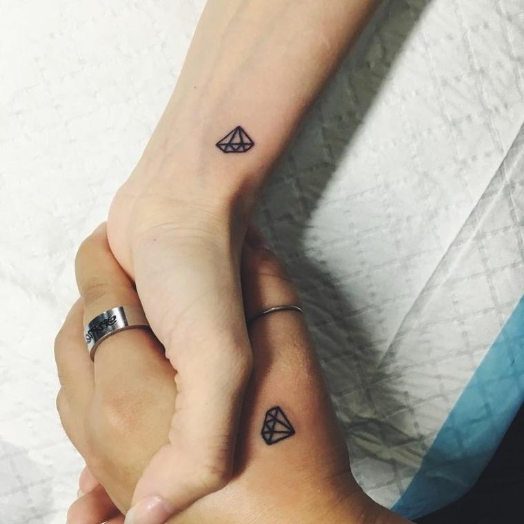 Tatuaggio diamante piccolo, tattoo sul polso della mano, mani unite di un uomo e donna