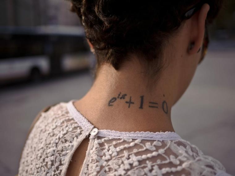 Tatuaggio equazione di matematica, tatuaggi significati profonid, tattoo sul collo donna
