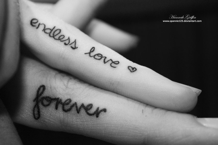 Tattoo con scritta in inglese, tatuaggi sulle dita, tatuaggi significati amore