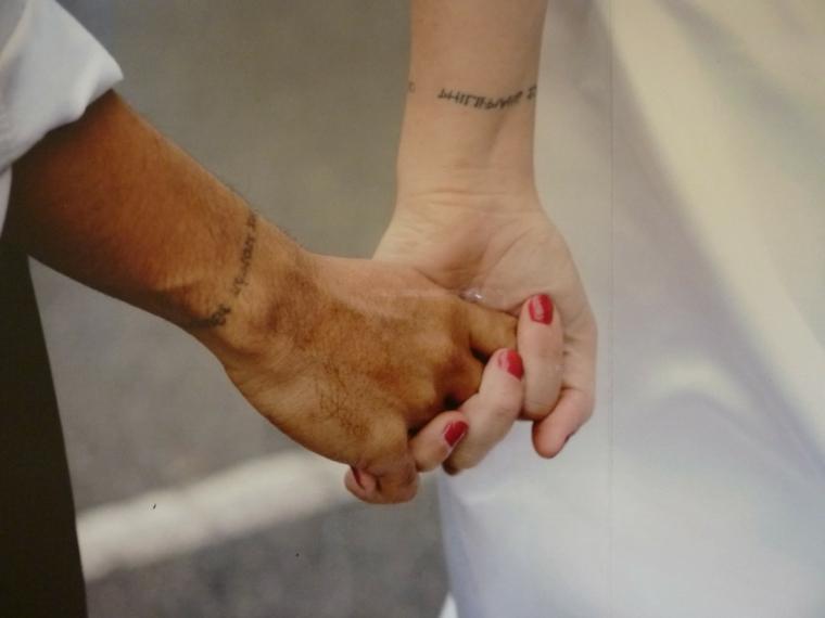 Tatuaggi più belli, tatuaggio sul polso della mano, tattoo con scritta, mani unite