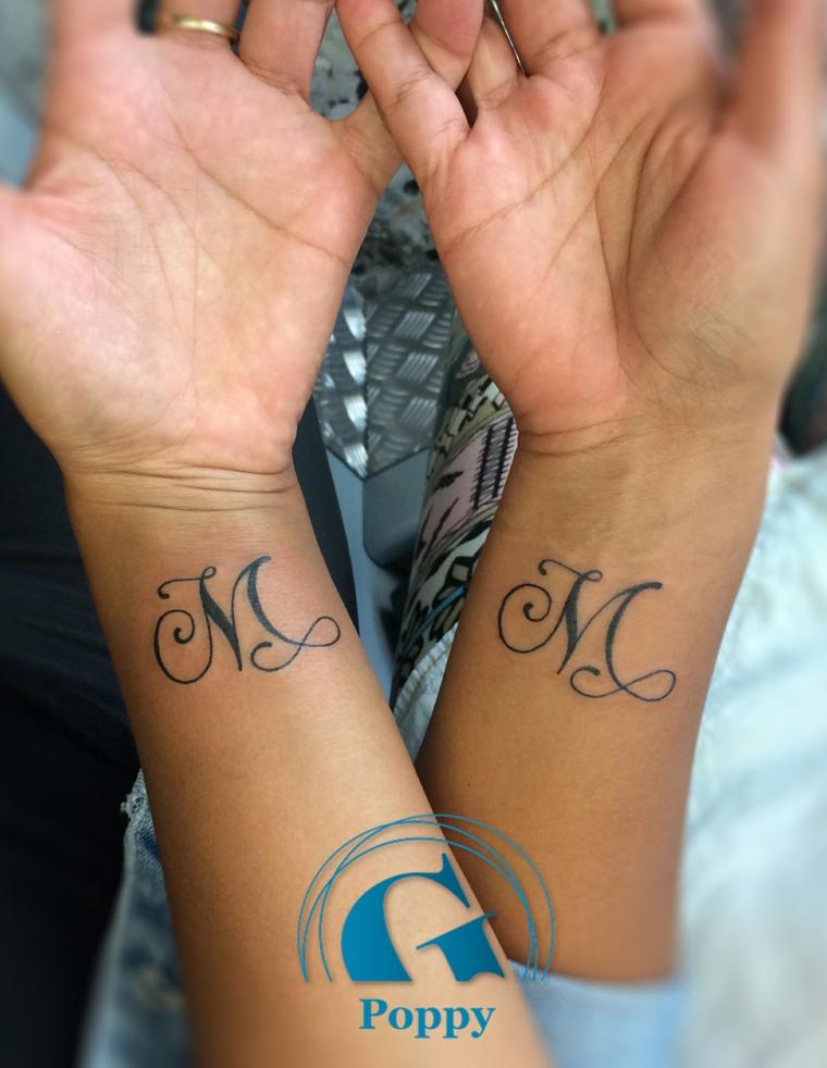 Tatuaggio polso con iniziali, tatuaggi significati amore, tatuaggio con lettere
