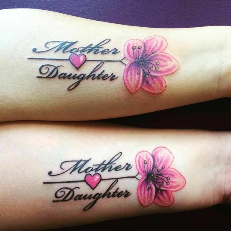 Tatuaggi mamma figlia, tattoo sull'avambraccio, tattoo fiori colorati, tatuaggi con scritte